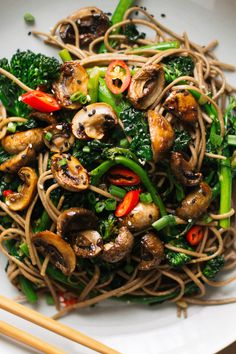 roasted teriyaki mushrooms with broccolini soba noodles via sobremesablog.