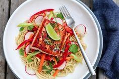 Komboen fersk laks, knasende sprø grønnsaker og kokosmelk med et hint av curry er magisk. Prøv den du også!