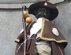 El Manneken Pis, la popular estatua belga del niño que orina, se viste de peregrino del Camino de Santiago. A la famosa figura de Bruselas no le falta ni la capa, ni el sombrero ni el bastón característicos de la ruta jacobea. El atuendo pasará a formar parte de la colección que se expone en el Museo de Trajes del Manneken Pis, que alcanzara con este el número 930. Esta iniciativa ha partido de la Asociación belga de Amigos del Camino de Santiago.
