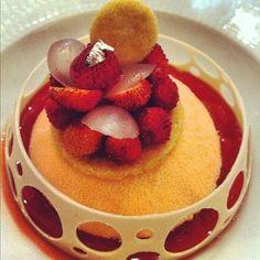 Un dessert signé Claire Heitzler: une mousse au champagne rosé, litchi, longan et fraise des bois, servie au printemps dernier chez Lasserre...