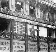 La Casa del Libro de Espasa Calpe situada en la Gran Vía de Madrid, sede de Propaganda de las Juventudes Socialistas Unificadas. La imagen es de 1936.