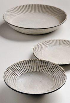 Accessories: Akio Nukaga at Heath Ceramics prato fundo Ceramic Tableware, Ceramic Clay, Ceramic Bowls, Diy Tableware, Kitchenware, Japanese Ceramics, Japanese Pottery, Japanese Plates, Pottery Plates