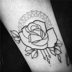 Tatuagens Femininas Linework e Pontilhismo Rosa no Braço Tattoo Melina Wendlandt