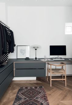 Modern home office with danish design. desk chair from Wegner and a table lamp from PH. Home Office Furniture, Home Office Decor, Home Decor, Gravity Home, Original Vintage, Scandinavian Furniture, Scandinavian Office, Scandinavian Interiors, Scandinavian Design