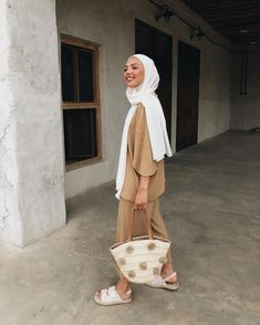 Summer Outfit Ideas That Are Totally Comfy for Warmer hijab outfit ideas - Hijab Source by ideas hijab Modern Hijab Fashion, Islamic Fashion, Muslim Fashion, Modest Fashion, Hijab Fashion Summer, Beach Fashion, Women's Fashion, Fashion Outfits, Fashion Trends