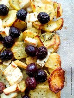 Gebackene Kartoffeln mit Feta und Oliven Rezept: Kartoffeln,Olivenöl,Rosmarinzweig,Pfeffer,Stein,Feta