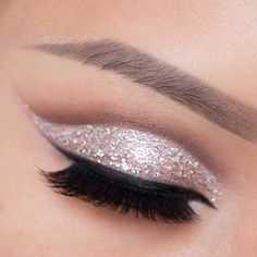 Glitter Cut Crease by @stylebycat ✏️✨ Perfect look for the holidays ❤️❤️❤️