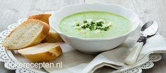 Met een paar ingrediënten maak je deze romige maar gezonde courgettesoep met feta