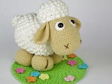 Großes Schaf Wolli auf blühender Wiese Häkelanleitung