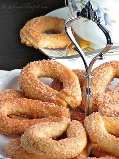 I torcetti al burro sono un must della pasticceria piemontese e conosciutissimi in tutta Italia, si trovano ormai ovunque, dalla panetter...