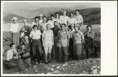 Μυκήνες - Ταφικός Κύκλος Β 09/03/1953.  Το προσωπικό της ανασκαφής του 1953. Στην πρώτη σειρά από αριστερά προς τα δεξιά, η Kate Biddle More, ο Γεώργιος Μυλωνάς, ο Ιωάννης Καραμήτρος, ο Ιωάννης Παπαδημητρίου και ο Δημήτριος Θεοχάρης (φωτογραφία Ν. Τομπάζη).  Η εν Αθήναις Αρχαιολογική Εταιρεία, CC-BY-NC-ND