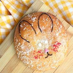 Konijn of paashaas traktatie voor kinderen. Eenvoudig te maken van eierkoek.