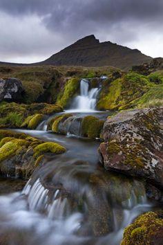 Pequeñas cascadas nacen del punto más alto de las Feroe, la montaña Slaettaratindur, al norte de la isla Eysturoy.