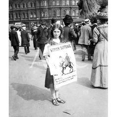 Una+niña+haciendo+campaña+a+favor+del+sufragio+femenino+en+Reino+Unido+a+principios+del+siglo+XX