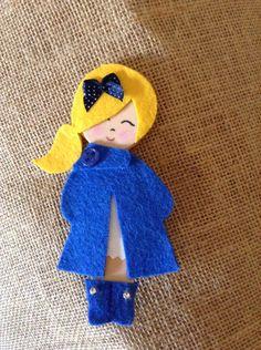 Broche muñequita azul