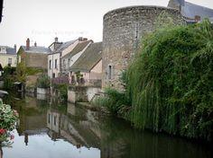 Bonneval : Tour et maisons du village se reflétant dans la rivière Loir (fossé en eau) ; dans la Beauce