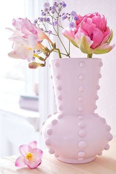 You don't have to throw away old or out of fashion vases! Glued with half-pearls and then painted in great tones, they become small designer pieces – and they look great even without flowers. Christmas Vases, Christmas Swags, Christmas Diy, Christmas Decorations, Pumpkin Centerpieces, Flower Centerpieces, Bambi, Old Vases, Leather Coasters