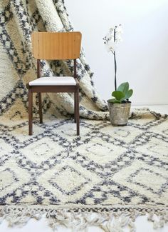 Beautiful Beni Ourain rug. She is between 50 and 60 years old! In really good quality. elramlahamra.nl
