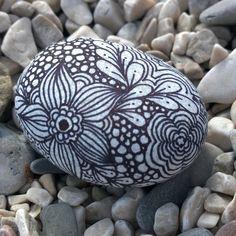 Привет из Черногории. Пляжи пустые, воздух теплый, камушков для творчества полно. #зентангл #дудлинг #росписьнакамне#zentangle #zenart#doodle #doodling #stone #artstone#paintedstones #painting #Montenegro
