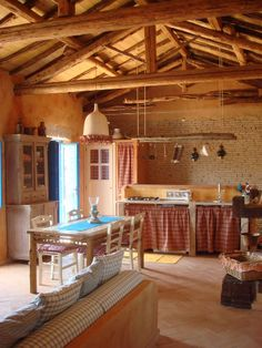 Küche in einer rustikalen Ferienwohnung auf der italienischen Mittelmeerinsel Sardinien ...
