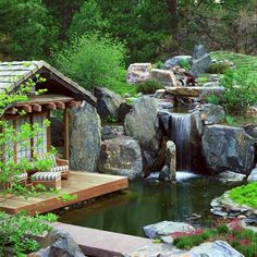 cascade bassin de jardin en rochers, terrasse en bois composite et mobilier de jardin assorti