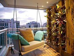 balkon gestalten mit vertikalem garten, holzbodenbelag und moderner schaukel von der decke_coole für balkon bepflanzung und wandgestaltung