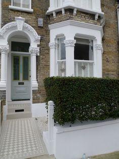 door colour and tiles Victorian Front Garden, Victorian Front Doors, Victorian Terrace House, Terrace House Exterior, Dream House Exterior, Facade House, House Exteriors, House Front Door, House Entrance