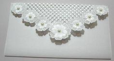 Convite em papel vegetal com tela e flores com aplicações 3D, detalhes em pérola, passepartout também em papel vegetal. Tag e impressão inclusas. Pedido mínimo: 20 unidades. Design by Wangô