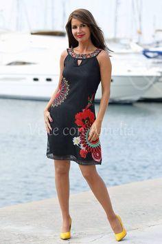 """Porque nos encantan los #vestidos diferentes, os presento el modelo """"Araceli"""". Tela original, estampado llamativo y escote bordado. Uno de tus preferidos para el verano. ➡Tallas S/M, M/L y L/XL  ➡39,99€. #vitsteconamelia #modaprimavera #modamujer"""