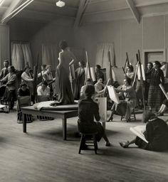 Chatterton teaching a life drawing class at Vassar College in the late 1930s.
