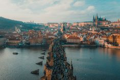 Praag is één van de top bestemmingen als het gaat om Europese Stedentrips. Toch is het ook een top bestemming voor voetbalreizigers. Naast Slavia Praag en Spartak Praag kent de voetbalstad vele andere clubs die je een top voetbalweekend gaan bezorgen.  Wij zijn benieuwd wanneer jij een voetbalreis naar Praag gaat maken. Als je dit van plan bent bekijk dan onze site en download onze gratis E-reisgids!  Foto: Unsplash Pont Charles, Charles Bridge, Prague City, Prague Castle, Budapest, Walking Tour, Voyage Europe, European Destination, Tours