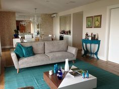 """Elegância e delicadeza preenchem a sala de estar assinada por Fabiana Infantozzi. A escolha do azul turquesa (ou """"azul Tifanny"""") combinada aos tons neutros confere um ar clássico ao ambiente."""