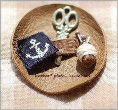 直径約5cmの小さな革のお皿 Cufflinks, Plates, Accessories, Bite Size, Licence Plates, Dishes, Plate, Wedding Cufflinks, Dish