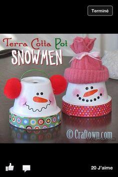Pour Noël, avec des petits pots et quelques décoration, obtenez des bonhommes de neige rigolos !