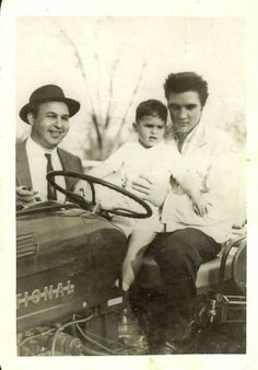 """Bo Wimmer who uploaded this rare picture into the ELVIS PICTURES group on fb wrote:""""This photo was left to me by my family.I have no idea who the child is. If anyone does know positively who the other people are, would love to know."""" Taken at Graceland Elvis Presley Family, Elvis Presley Photos, Priscilla Presley, Lisa Marie Presley, Group Pictures, Rare Pictures, Rare Photos, Graceland, Are You Lonesome Tonight"""