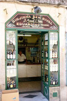 Si estás por Lisboa, no dejes de probar la ginjinha, el licor local de cerezas / LISBOA / PORTUGAL