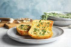 Το τέλειο σκορδόψωμο. Γευστική δοκιμή σε 4 συνταγές! - www.olivemagazine.gr Make Garlic Bread, Raw Garlic, Roasted Garlic, Italian Bread, Bread Cake, How To Make Bread, Dinner Tonight, Salmon Burgers, Baked Potato