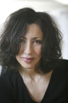 Yasmina Reza (* 1. Mai 1959 in Paris) ist eine französische Schriftstellerin. Sie begann ihre künstlerische Laufbahn als Schauspielerin, wurde aber vor allem als Autorin von Theaterstücken, Romanen und Drehbüchern bekannt. Ein weltweites Publikum erreichte sie mit ihren Stücken Kunst, Drei Mal Leben und Der Gott des Gemetzels. Letzteres wurde 2011 von Roman Polański verfilmt. Nicht zu glauben, wie sie den Alltag auf den Punkt bringt, und trotzdem so zum lachen:):):)