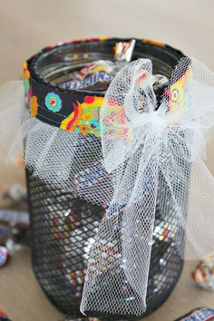 Sew a Halloween Treat Jar -Halloween offers a great opportunity to use mason jars in whole new ways. Here's an easy DIY Halloween Treat Jar tutorial. So easy to make and perfect for a little Halloween decor.