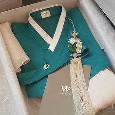 """날씨가 따뜻해지면서 많이 찾으시는 색감으로 포장중에 예뻐서 한컷 찍어보았어요^^ #한복대여 #호텔돌잔치 #소규모돌잔치 #w한복 #혼주한복대여 #결혼한복대여 #결혼한복…"""" Korean Traditional Dress, Traditional Fashion, Traditional Dresses, Korea Fashion, Asian Fashion, Unique Fashion, Korean Dress, Korean Outfits, Korean Accessories"""
