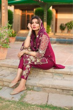 Pakistani Party Wear Dresses, Designer Party Wear Dresses, Pakistani Girl, Pakistani Dress Design, Punjabi Girls, Bollywood Outfits, Bollywood Fashion, Stylish Dpz, Stylish Suit