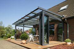 【フルオープンの状態】全てのガラスパネルが建物側に集約され、圧倒的なワイドビューをお楽しみいただけます(ガラスパネルはSL25を使用)