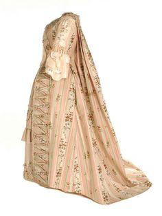 """""""A la francesa"""": vestido o bata Museo del Traje"""