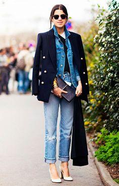 Street style look com jaqueta jeans, calça jeans, blazer e scarpin nude.