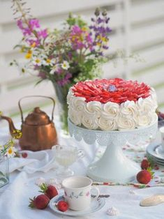 Perinteinen Paras Mansikkakakku (GL) | Annin Uunissa Most Delicious Recipe, Delicious Cake Recipes, Yummy Cakes, Yummy Food, Finnish Recipes, Cake Fillings, Easy Baking Recipes, Macaron, Frosting Recipes