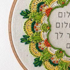 קרן רקמה מנדלה מפעימה, על הדפס אראטי Embroidery Hoop Crafts, Simple Embroidery, Crewel Embroidery, Hand Embroidery Patterns, Embroidery Designs, Brazilian Embroidery, Hand Stitching, Lana, Cross Stitch