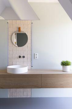 Femkeido | Zelfbouw Villa – Enschede Bathroom Storage Solutions, Small Bathroom Organization, Storage Spaces, Laundry In Bathroom, Simple Bathroom, Bathroom Wall, Bathroom Standing Shelf, Minimalist Interior, Beautiful Bathrooms