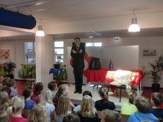 Basisschool goochelaar Aarnoud Agricola tijdens schoolvoorstelling op de Van der Muelen Vastwijkschool in Weesp.