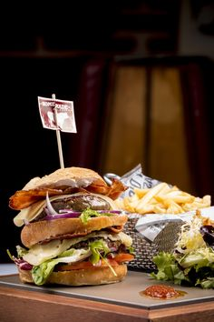 Doble Burger Tex Mex, Hamburger, Homemade, Chicken, Ethnic Recipes, Food, Restaurants, Home Made, Essen