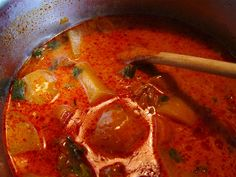"""http://kyshaidoma.blogspot.com.by/2012/05/blog-post_5690.html  Суп """"Гуйяш"""" Венгерская кухня.  Готовится этот суп также, как Бограч-гуйяш, но с использованием иного количества продуктов. 360 г говядины без костей , 80 г свиного жира, 150 г лука, 15 г паприки, соль, тмин, чеснок, 800 г картофеля, 140 г зеленого перца, 60 г помидор, 1-2 порции чипетке. Ничего не боимся и приступаем к работе. Награда нас ждёт…:-) Цититирую Гунделя со своими  пояснениями... на сайте нашей группы…"""